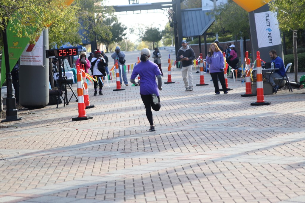 Edwards races toward her winning time of 25:37.2 in the women's division. (Photo by Aron Smith/JSU)