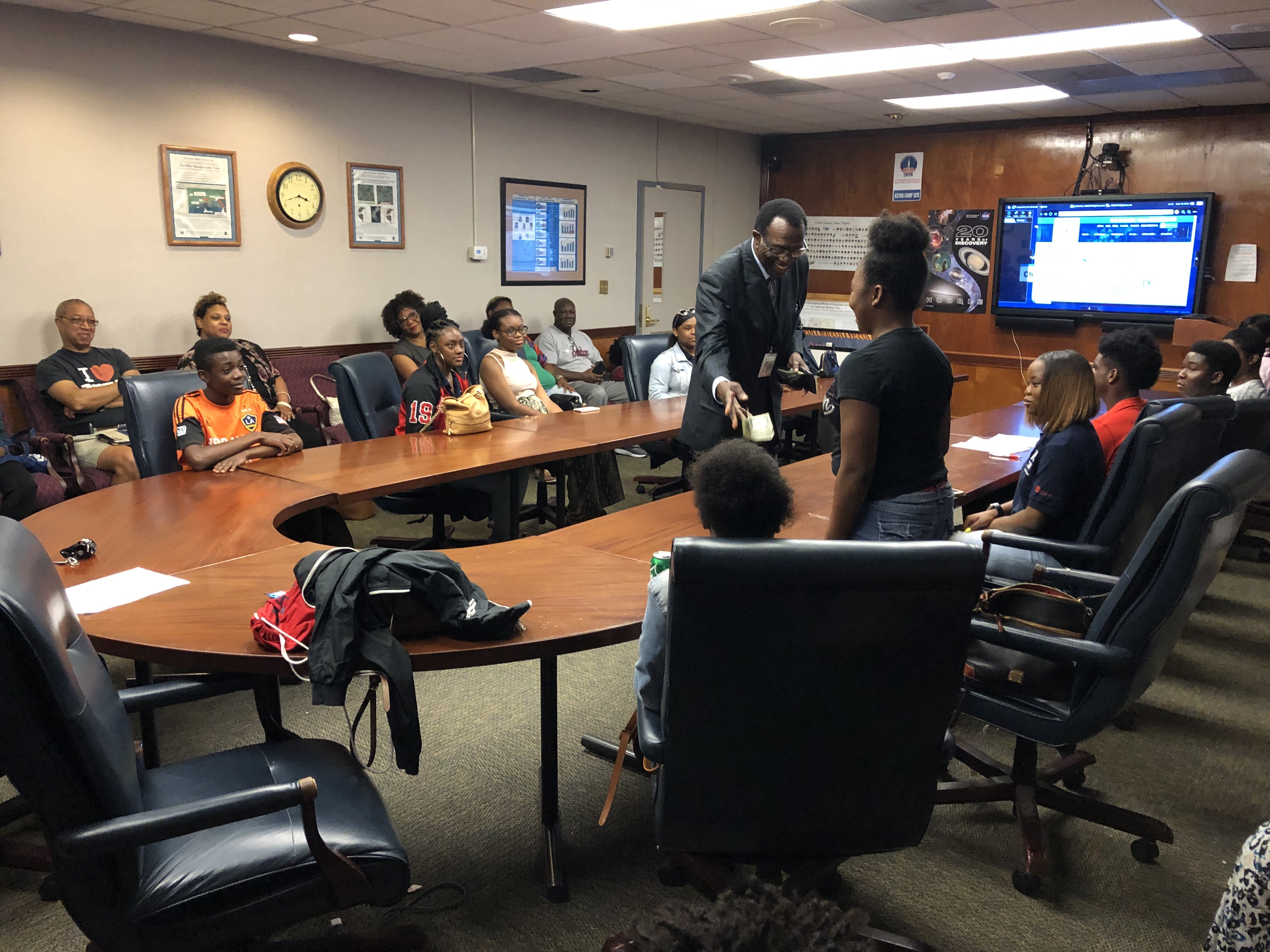 With cash as an incentive, Lackey invites students to share their experiences from the LSAMP program and Girls STEM Academy. (Photo by L.A. Warren/JSU)